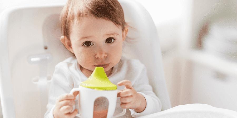 Veja 6 razões para não dar sucos para bebês menores de 1 ano